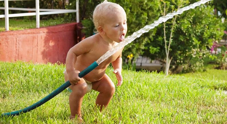 Viele Eltern kaufen für das Baby Mineralwasser. Sie gehen davon aus, dass dieses besonders rein ist. Bei Leitungswasser haben sie jedoch Bedenken. Dabei unterliegen sie jedoch einem Trugschluss. (#03)