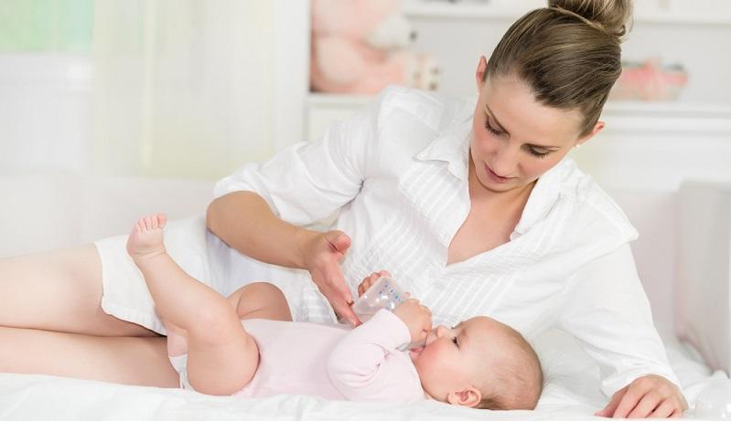 Viele Eltern kochen das Wasser ab, bevor sie es ihrem Baby geben. Doch stellt sich die Frage, ob dies wirklich notwendig ist. Das ist selbst unter Ärzten umstritten. (#04)