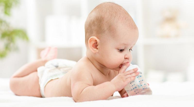 In den ersten Lebensmonaten benötigt das Kind in der Regel kein Wasser. Doch kommt die Zeit, zu der es seinen Durst stillt, indem es Flüssigkeiten trinkt.(#01)
