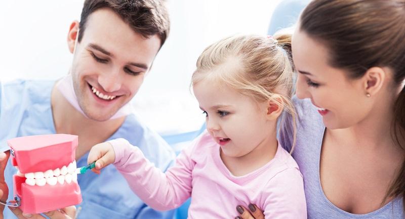 Ein Kinderzahnarzt ist aber Psychologe, Motivationstrainer, Mediziner und Animateur in einem, kennt sich mit Kindern bestens aus und nimmt an speziellen Fortbildungen und Schulungen teil. (#01)