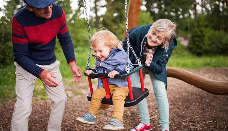 Die Kinder wuchsen damals in der Regel in einem Mehrgenerationenhaus auf, wurden dort von Eltern, Großeltern und Tanten gemeinsam versorgt und erzogen.(#03)