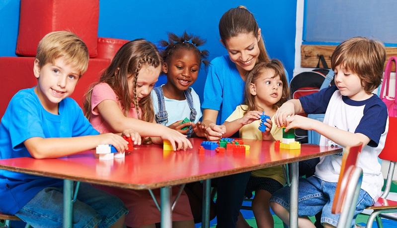 Es ist ein Trugschluss, zu glauben, dass Erziehung heute nur über die Eltern funktioniert. Das gesamte Umfeld hat einen großen Anteil daran, wie sich das Kind entwickelt und wie es sozial integriert wird. (#02)