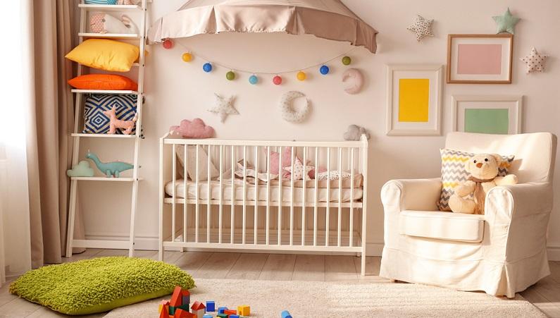 Schon werdende Eltern dekorieren das Babyzimmer gern und ist der Nachwuchs erst einmal auf der Welt, gibt es überall noch Verbesserungsmöglichkeiten.