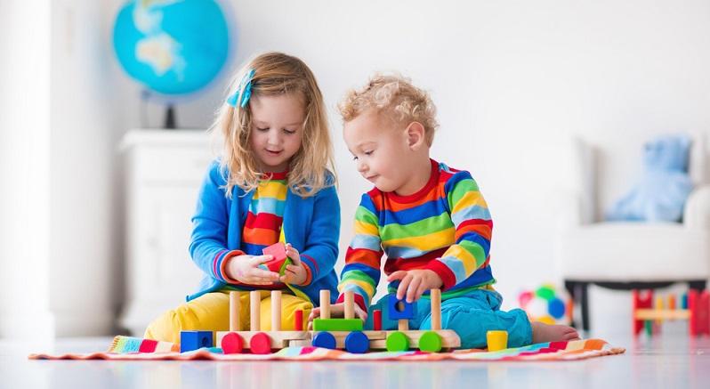 Ungefähr ab einem Alter von 12 Monaten fangen die Kleinen auch an, bewusst mit etwas zu spielen, wollen Bauklötze nutzen und finden eine Holzeisenbahn, die dank eines kleinen Akkus munter über die Schienen flitzt, ganz toll. (#04)