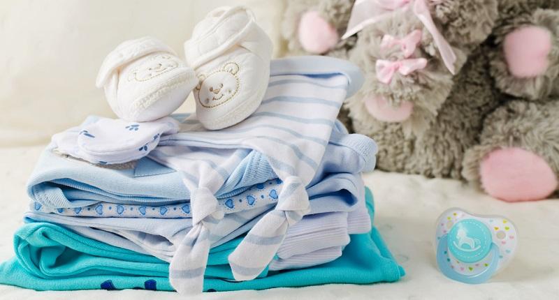 Auch wenn das Baby nackt zur Welt kommt - es benötigt Kleidung. Je nachdem, in welcher Jahreszeit das Kind geboren wird, sind zunächst Sommer- oder Wintersachen zu besorgen. (#04)