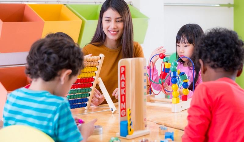 Um eine Ausbildung als Kindergärtnerin in Anspruch nehmen zu können, ist ein mittlerer Schulabschluss mindestens notwendig. Abhängig von der Ausbildungsstätte ist es möglich, dass die gesundheitliche Eignung nachgewiesen werden muss.