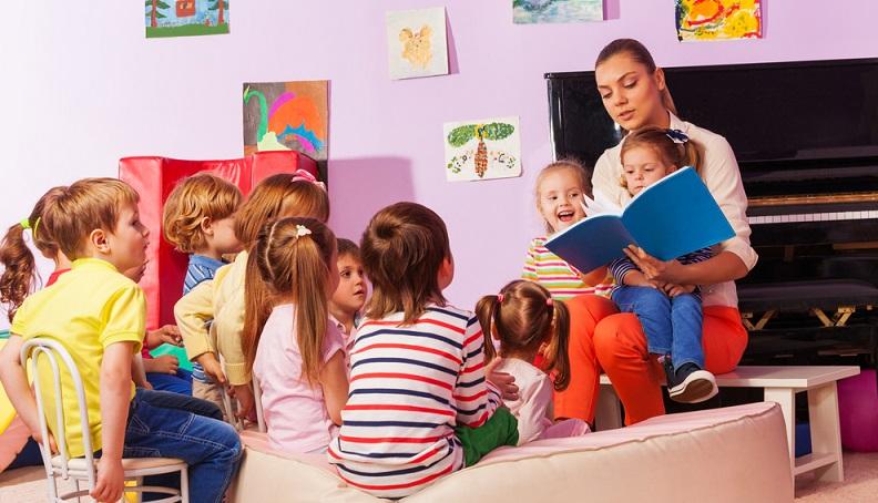 Wer sich für die Entscheidung zur Ausbildung als Kindergärtnerin entschieden hat, kann diese bei staatlichen und privaten Einrichtungen in Anspruch nehmen.
