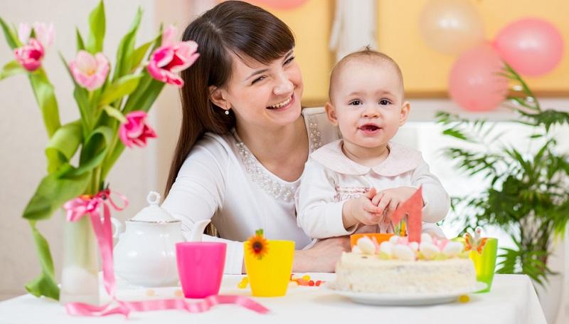 Um die Mutter-Kind-Beziehung bereits im erste Lebensjahr zu stärken, ist eine Kombination aus Zuwendung und Reaktion wichtig. Mütter müssen sich bewusst machen, dass ein Säugling im ersten Lebensjahr nicht willkürlich reagiert.