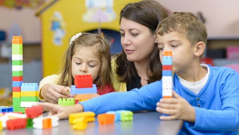 Wer nicht gerade auf dem Land wohnt und weiß, dass ohnehin nur der Kindergarten im Nachbardorf infrage kommt, hat meist die Wahl zwischen verschiedenen Kindergärten.