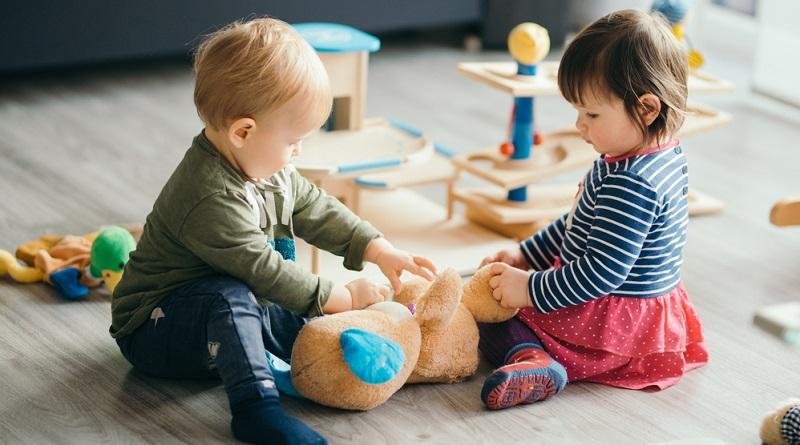 Werden Geschwister in der Kindertagesstätte betreut, halbiert sich in den meisten öffentlichen Einrichtung die Gebühr für das zweite Kind.