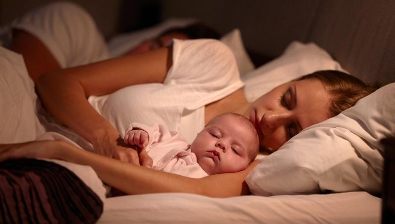 Genügend Platz: Die Liegefläche muss für alle groß genug sein, damit das Schlafen erholsam wird. Matratzenmaße von mindestens 180 x 200 cm sind die richtige Wahl.
