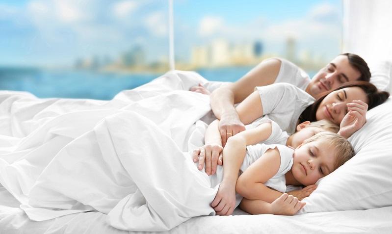 """Generell bezeichnet der Begriff """"Co-Sleeping"""", wenn Eltern und Kind gemeinsam im Familienbett schlafen. Dabei gibt es die Variante, bei der das Elternbett zu dritt (oder teilweise sogar zu viert oder zu fünft) genutzt wird."""