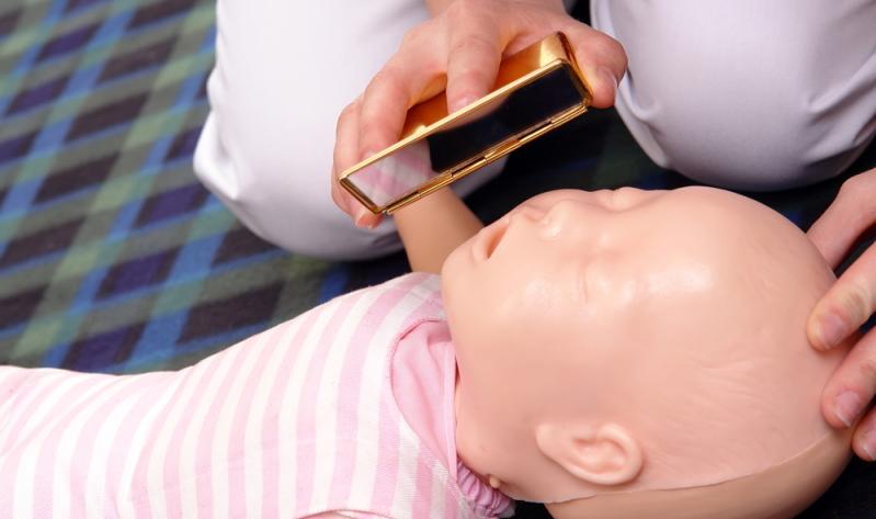 Wer allein ist, ruft bei Ausbleiben einer Reaktion des Babys laut nach Hilfe.