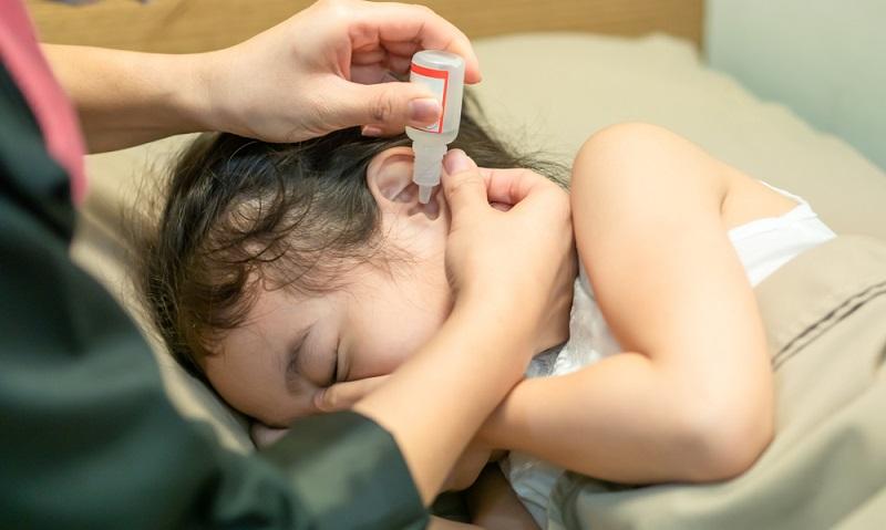 Kinder haben noch einen sehr engen Gehörgang. Nisten sich hier Keime ein und es kommt zu einer Otitis, schwillt die Ohrtrompete zu. Im Mittelohr sammelt sich Flüssigkeit, die dann gegen das Trommelfell drückt, daher rühren die Schmerzen. ( Foto: Shutterstock-  Arlee.P _)