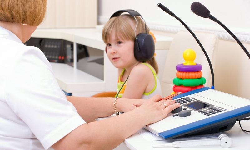 Ärzte kritisieren immer noch, dass das Hörvermögen beim Kind viel zu wenig kontrolliert wird.  ( Foto: Shutterstock-Capifrutta )
