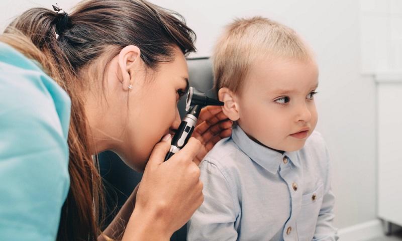 So mancher Arzt reagiert mittlerweile verhalten mit der Verschreibung von Antibiotika und kontrolliert eine Mittelohrentzündung beim Kleinkind lieber engmaschiger.  ( Foto: Shutterstock-Peakstock_)