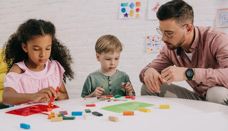 Ein schöner Beruf mit Kindern zu arbeiten, ihre Entwicklung zu sehen. ( Foto: Shutterstock- LightField Studios_)