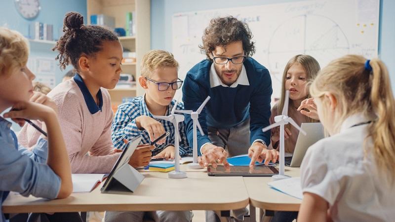 Erzieher sein bedeutet mit Kindern in jedem Alter zu arbeiten. ( Foto: Shutterstock-Gorodenkoff)