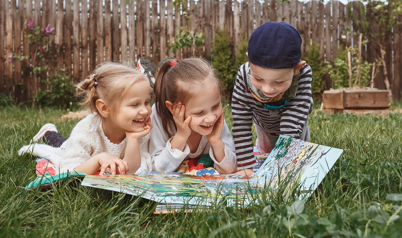 Einfach auf die Wiese legen und gemeinsam ein Spiel spielen ( Foto: Shutterstock-_Maryana Serdynska )