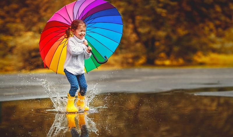 Mit der richtigen Kleidung kann man mit den Kindern bei jedem Wetter rausgehen ( Foto: Shutterstock-_Evgeny Atamanenko )