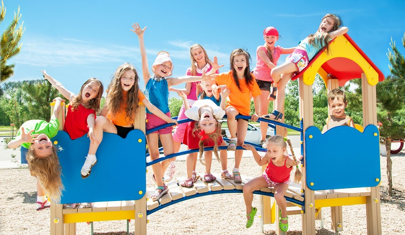 Auf dem Spielplatz spielen, bei schönem Wetter macht das allen Kindern großen Spaß ( Foto: Shutterstock- alexkatkov )