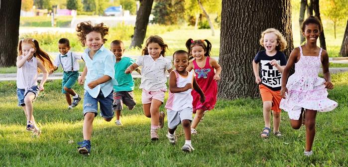 Bewegung im Freien: unerlässlich in der Kinderbetreuung (Foto: Shutterstock- _ Evgeniy Kalinovskiy )